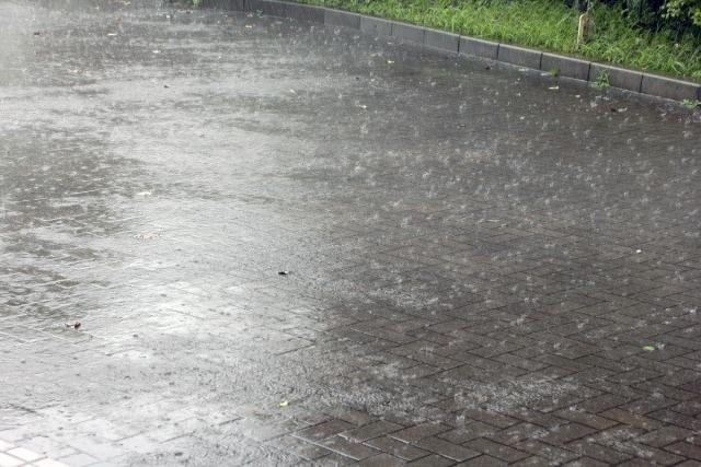 自転車のスリックタイヤは雨に弱いと言われるが本当か?