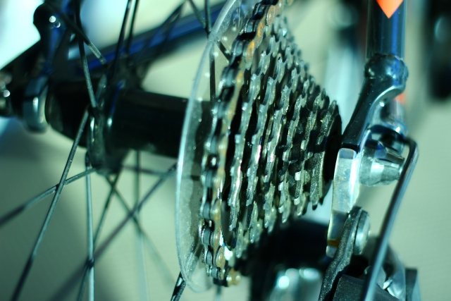 ロードバイクのフロントディレイラーがチェーンを擦る原因