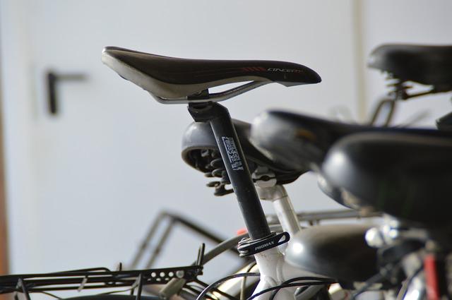 自転車のサドルで穴や溝切りがされているのはなぜ?